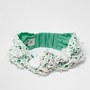 Grünes, geblümtes Haarband
