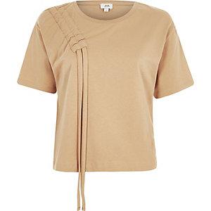 Hellbraunes, kastiges T-Shirt mit geraffter Schulterpartie