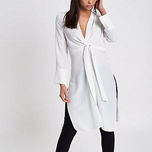 Top kimono long blanc torsadé sur le devant