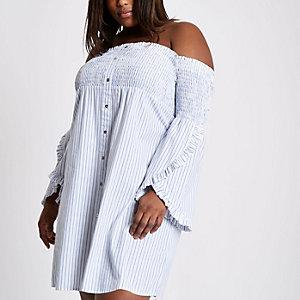 RI Plus - Blauwe gestreepte gesmokte jurk met bardothalslijn