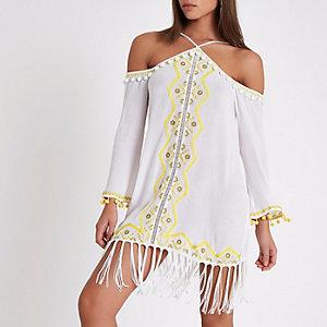 Robe de plage blanche à pompons et épaules dénudées