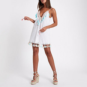 Weißes Strandkleid mit Lochstickerei
