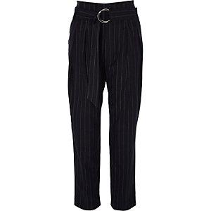 Pantalon rayé bleu marine fuselé avec ceinture à anneau en D
