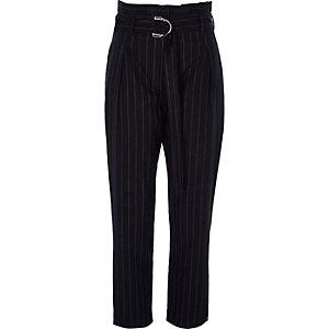 Pantalon rayé bleu marine fuselé taille haute à anneau en D