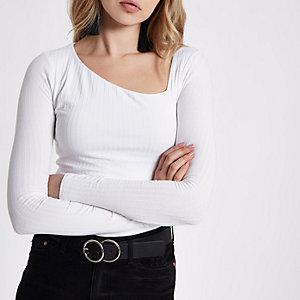 Top côtelé blanc à manches longues et encolure asymétrique