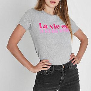 """Grau meliertes, figurbetontes T-Shirt mit """"La vie est""""-Print"""