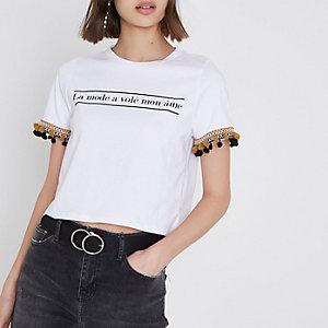 T-shirt blanc court à pompons sur la bordure et imprimé « la mode »