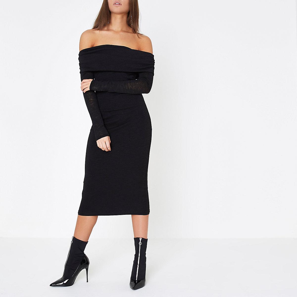 Zwarte gebreide midi-jurk met bardothalslijn met rimpelingen