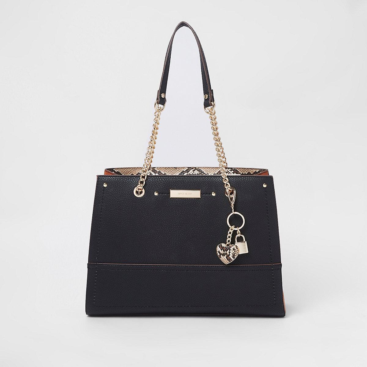 Zwarte handtas met bedeltje, structuur en ketting