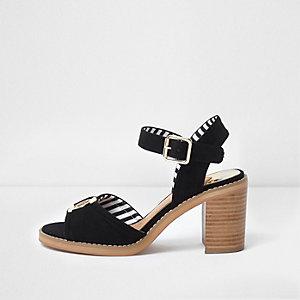 Zwart met goudkleurige sandalen met blokhak en RI-logo