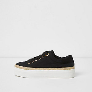 Schwarze, flache Sneaker