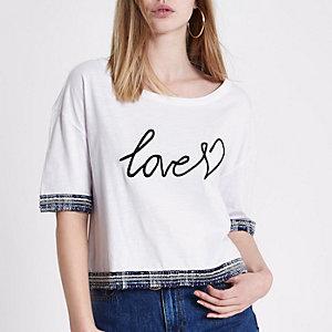 """Weißes, kurzes T-Shirt """"Love"""" mit Ziersaum"""