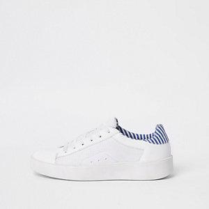 Baskets blanches à lacets et empiècement en résille sur le côté