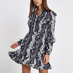 Blauwe gesmokte jurk met studs, bloemenprint en ruches