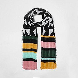 Zwarte sjaal met textuur en geometrische strepenprint