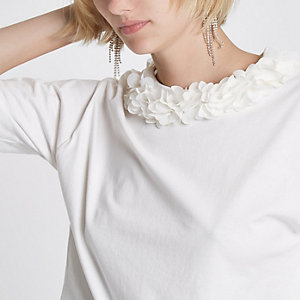 White flower neck boxy T-shirt