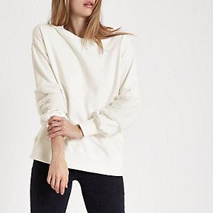 Sweatshirt in Creme mit Ärmeln aus Kunstfell