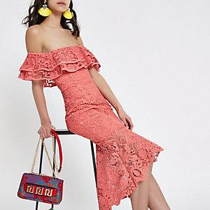 Robe longue moulante Bardot en dentelle rose