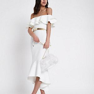 Robe Bardot moulante en dentelle crème à queue-de-pie