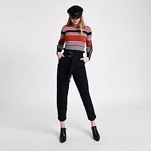 Pantalon fuselé noir à taille haute ceinturée