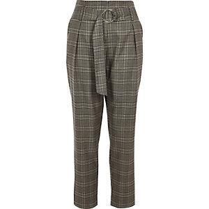 Grijze geruite smaltoelopende broek met streep aan de zijkant