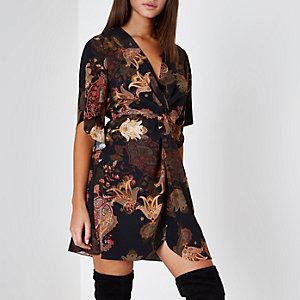 Zwarte jurk met knoop in de taille en bloemen- en paisleyprint