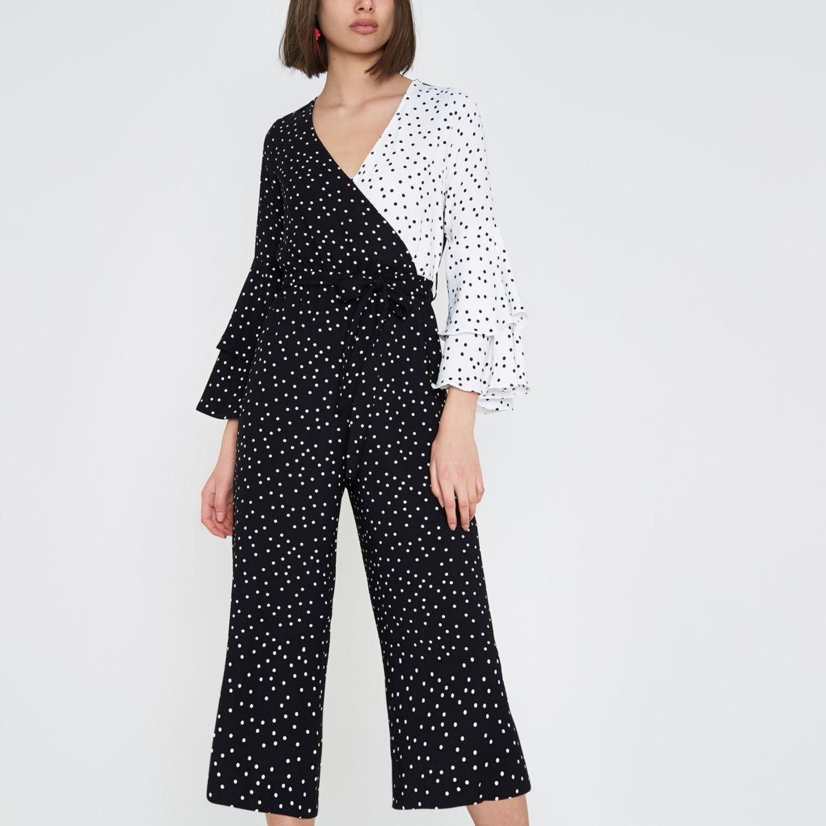 Zwarte gestippelde broekrok-jumpsuit met ruches en kleurvlakken