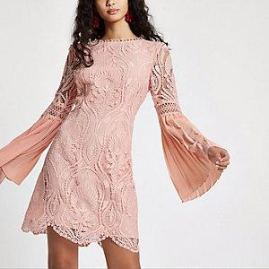 Robe en dentelle rose brodée