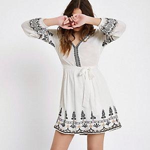 Langärmeliges Kleid mit Blumenstickerei in Creme