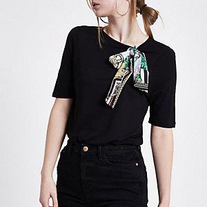 Zwart T-shit met sjaalprint en strik