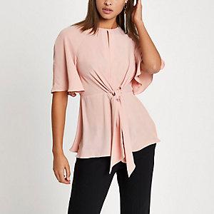 Lichtroze blouse met strik voor en korte mouwen