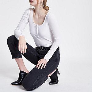 Witte geribbelde top met lage hals en druksluiting