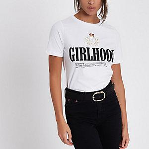 "Weißes T-Shirt mit ""girlhood""-Wappenstickerei"