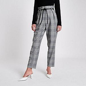 Zwarte geruite smaltoelopende broek met riem van touw