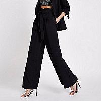 Pantalon large noir doux avec taille haute ceinturée