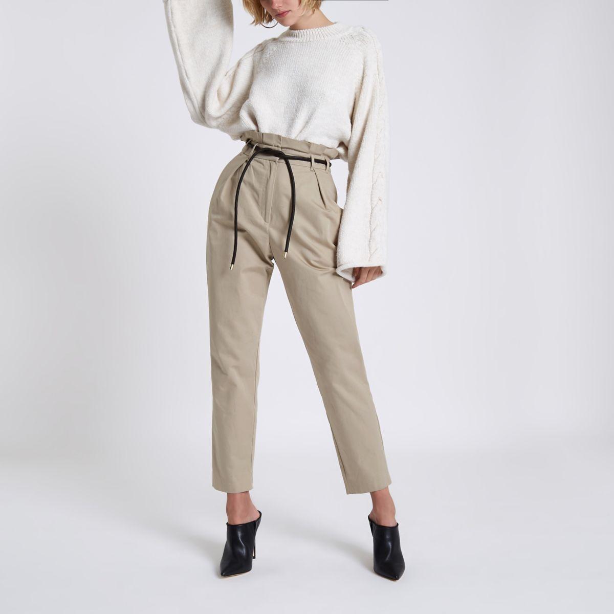 Pantalon fuselé beige à taille haute ceinturée