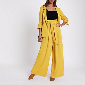 Gelbe Hose mit weitem Beinschnitt und Paperbag-Taille