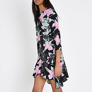 Schwarzes, geblümtes Swing-Kleid mit Rüschensaum