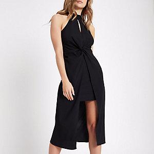 Zwarte hoogsluitende midi-jurk met knoop voor en split