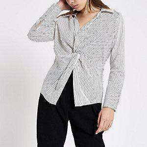 Chemise rayée blanche nouée sur le devant