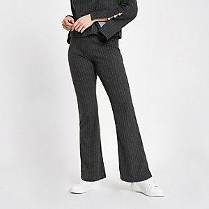 Pantalon en maille à fines rayures gris