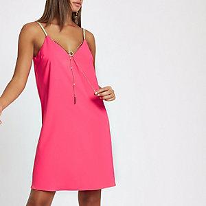 Roze slipdress met gevlochten bandjes en ketting voor