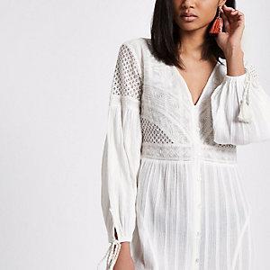Witte geborduurde jurk met knopen