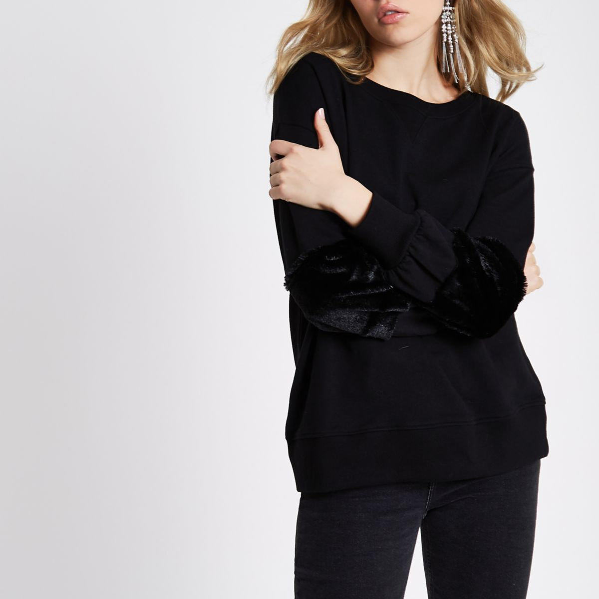 Schwarzes Sweatshirt mit Kunstfellbündchen