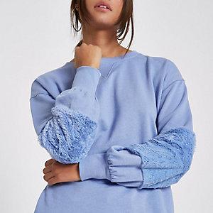 Hellblaues Sweatshirt mit Kunstfellmanschette