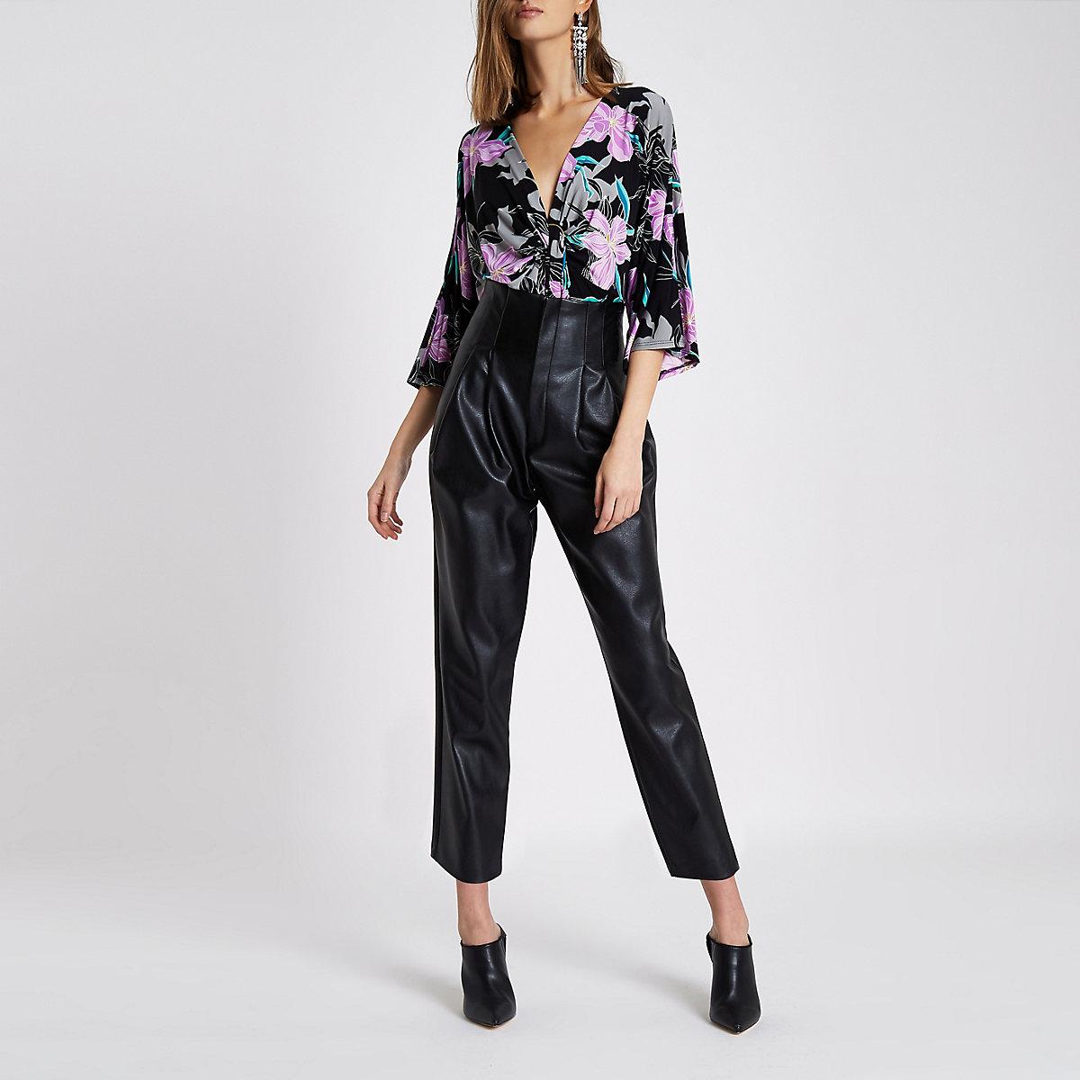 Zwarte bodysuit met bloemenprint en ring aan  de voorkant