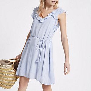 Mini robe évasée bleu clair à volant et dos lacé