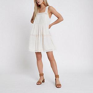 Petite – Swing-Kleid in Creme mit Spitzenbesatz