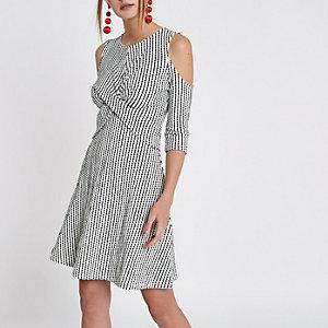 Witte schouderloze jacquard jurk met overslag