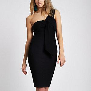 Zwarte geribbelde midi-jurk met blote schouder en gedraaid schouderbandje